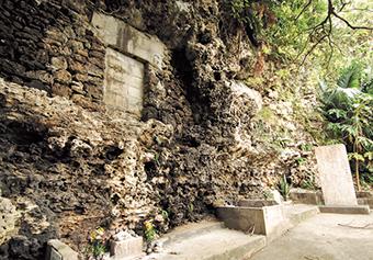 尚宣威王(しょうせんいおう)の墓